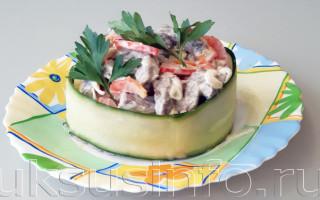 Простой салат из говядины с маринованным луком и болгарским перцем