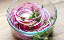 Как быстро и вкусно замариновать лук уксусом?