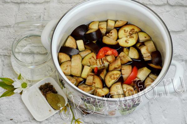 Овощи для заготовки в кастрюле