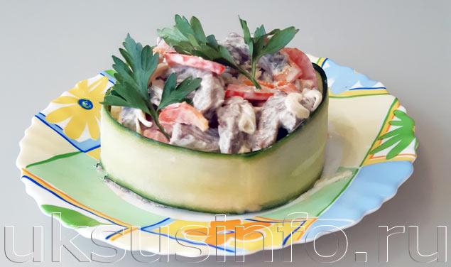 Салат из говядины с маринованным луком и болгарским перцем