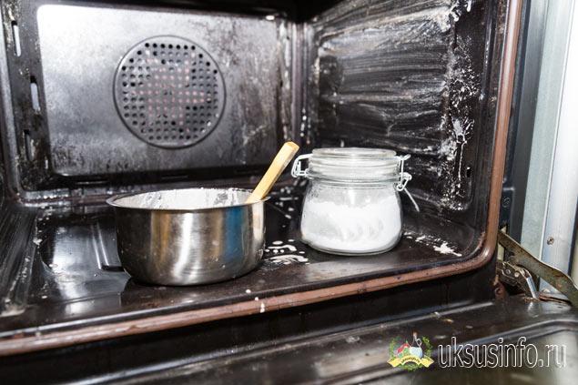 Уксус с содой против нагара в духовке